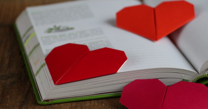 Eine einfache Bastelanleitung für ein wunderschönes Lesezeichen. Dieses Herz-Lesezeichen kannst du selber basteln - für Bücher, Kalender oder als Geschenk!