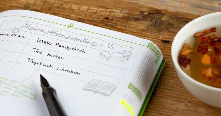 Mit einer festen Abendroutine lässt es sich trotz täglicher Herausforderungen leichter in einen erholsamen Schlaf finden. Halte sie in deinem Kalender fest!