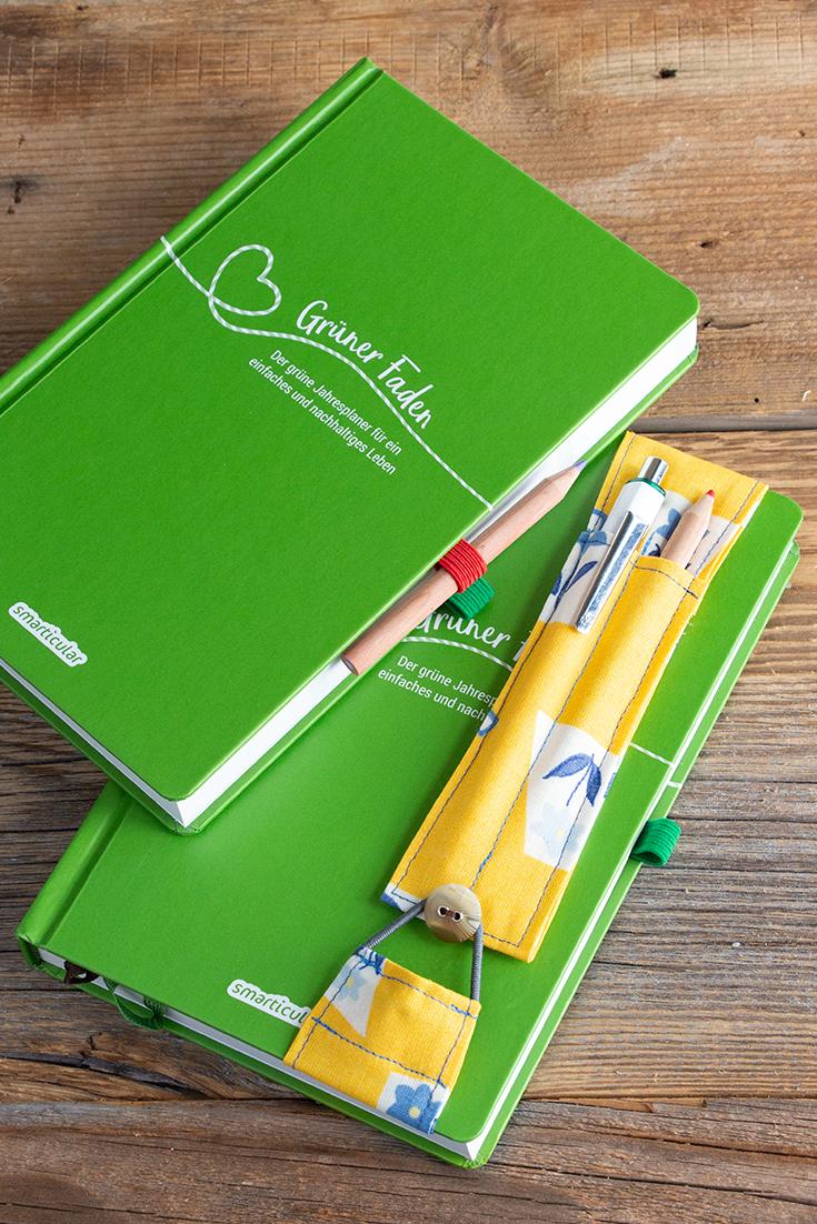 Um die wichtigsten Schreibwerkzeuge immer dabei zu haben, kannst du eine Stiftschlaufe in deinen Kalender kleben oder dir einen Stifthalter selber nähen.