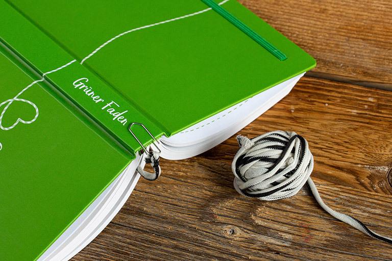 Nicht jedes Buch hat bereits ein Lesebändchen wie der Grüne Faden. Um diese Lesezeichen selber machen zu können, findest du hier drei einfache Anleitungen.